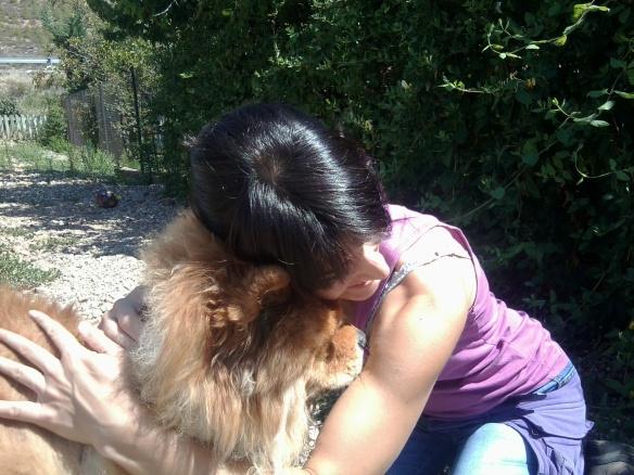 Perro abrazando a una cuidadora de Peludos Hotel Canino y Felino