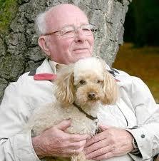 Perro con un Anciano descansando